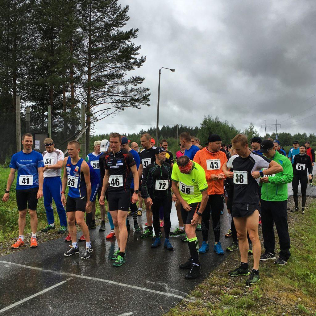 10 km juoksijat lähtöviivalla